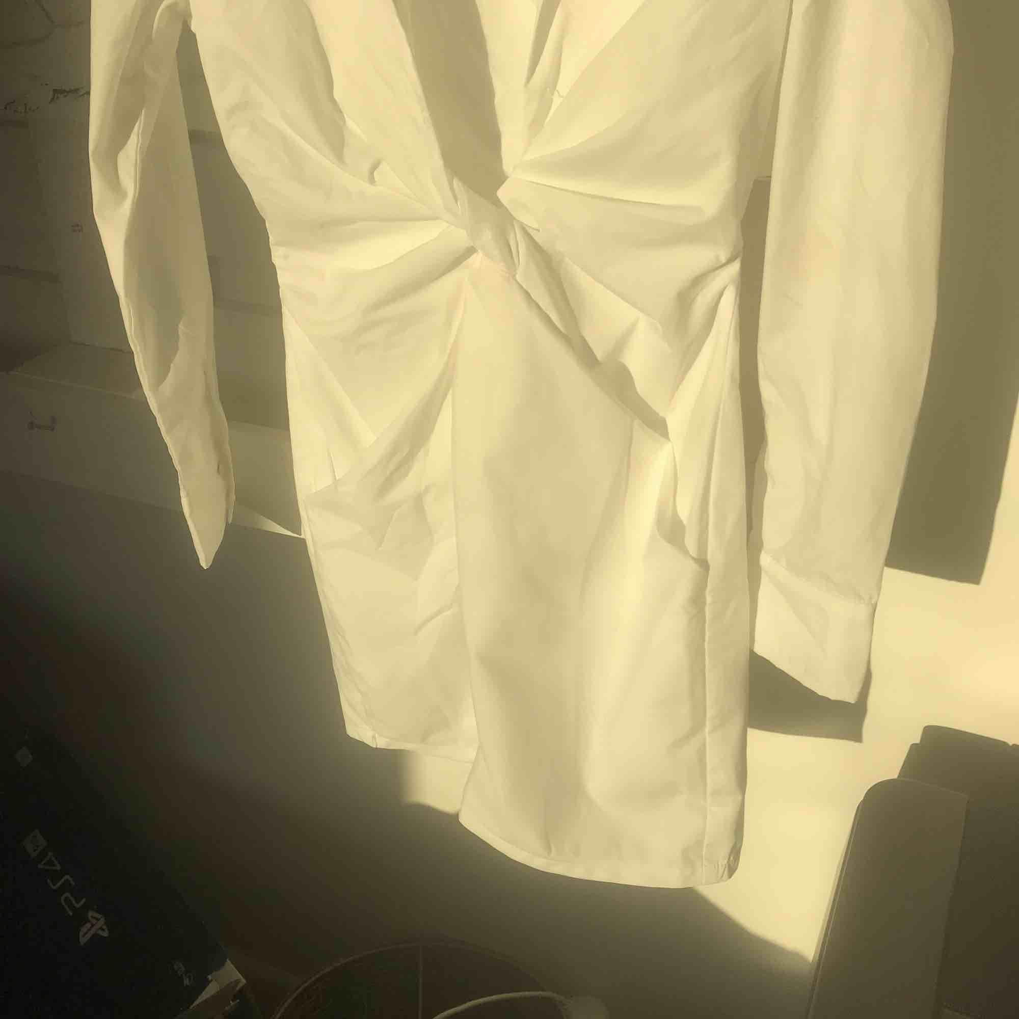 Snygg vit blazerdress, en knapp har gått av vid urringningen, men det har bara gjort dem snyggare enligt mig😂 passar S å XS. Klänningar.