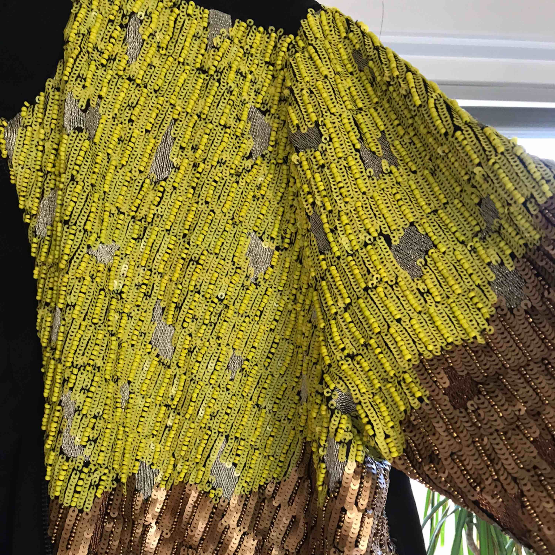 Cool paljett/pärljacka från hm trend strl 36 Knappt använd Spårbar frakt 95kr tillkommer . Jackor.
