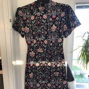 Fin klänning från asos ej använd Strl 36 slits på bägge sidor. Fin till jul. Spårbar frakt på 55 kr tillkommer