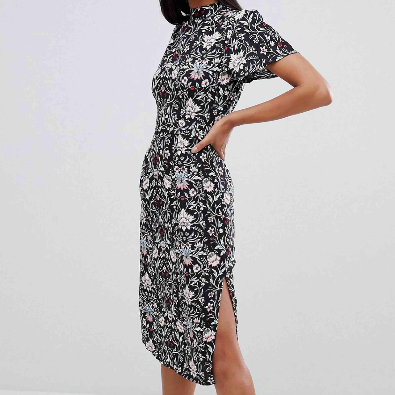 Fin klänning från asos ej använd Strl 36 slits på bägge sidor. Fin till jul. Spårbar frakt på 55 kr tillkommer. Klänningar.