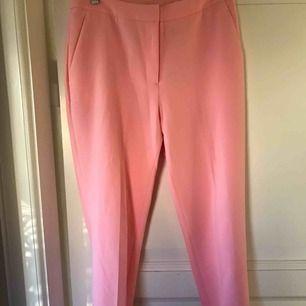 Fin pastell rosa kostymbyxor från hm strl 36. Ej använda  Fickor framtill samt fejkfickor baktill Spårbar frakt på 63 kr tillkommer