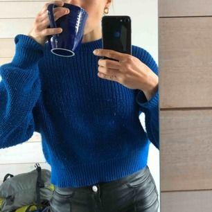 Stickad tröja i fin blå färg. Frakt på 50kr tillkommer 😃