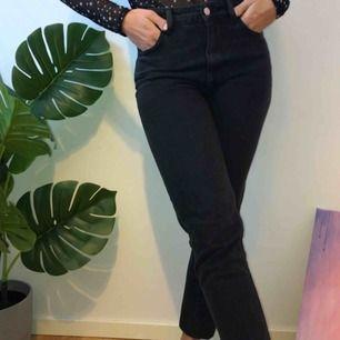 Säljer ett par superskönt mom jeans från zara! Använda 1 gång ☺️ frakt tillkommer 💫