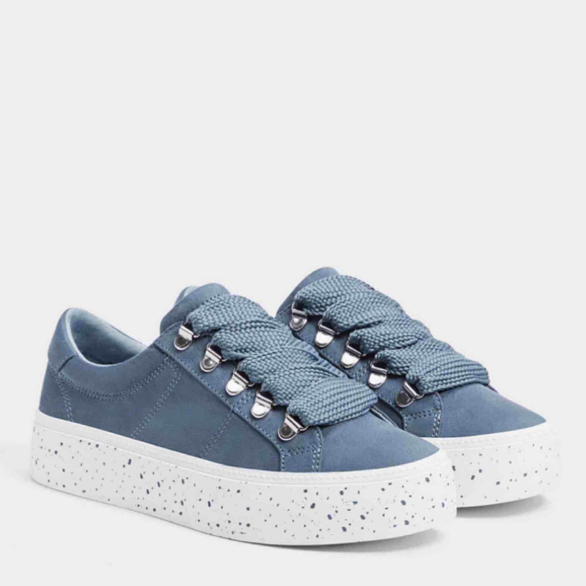 Coola & stilrena sneakers från Bershka. Knappt använda! Frakt tillkommer på 59kr! . Skor.