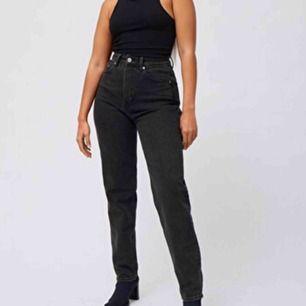 Svarta mom jeans från Weekday i modellen lash. Skriv privat för fler bilder där man kan se hur de ser ut i verkligheten💕 Antal fåtal ggr