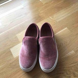 Rosa skor som köpte i början av förra året när jag var i London. Jag har inte använt de så mycket bara ett fåtal gånger. Det är i bra skick förutom lite slit vid sidan.
