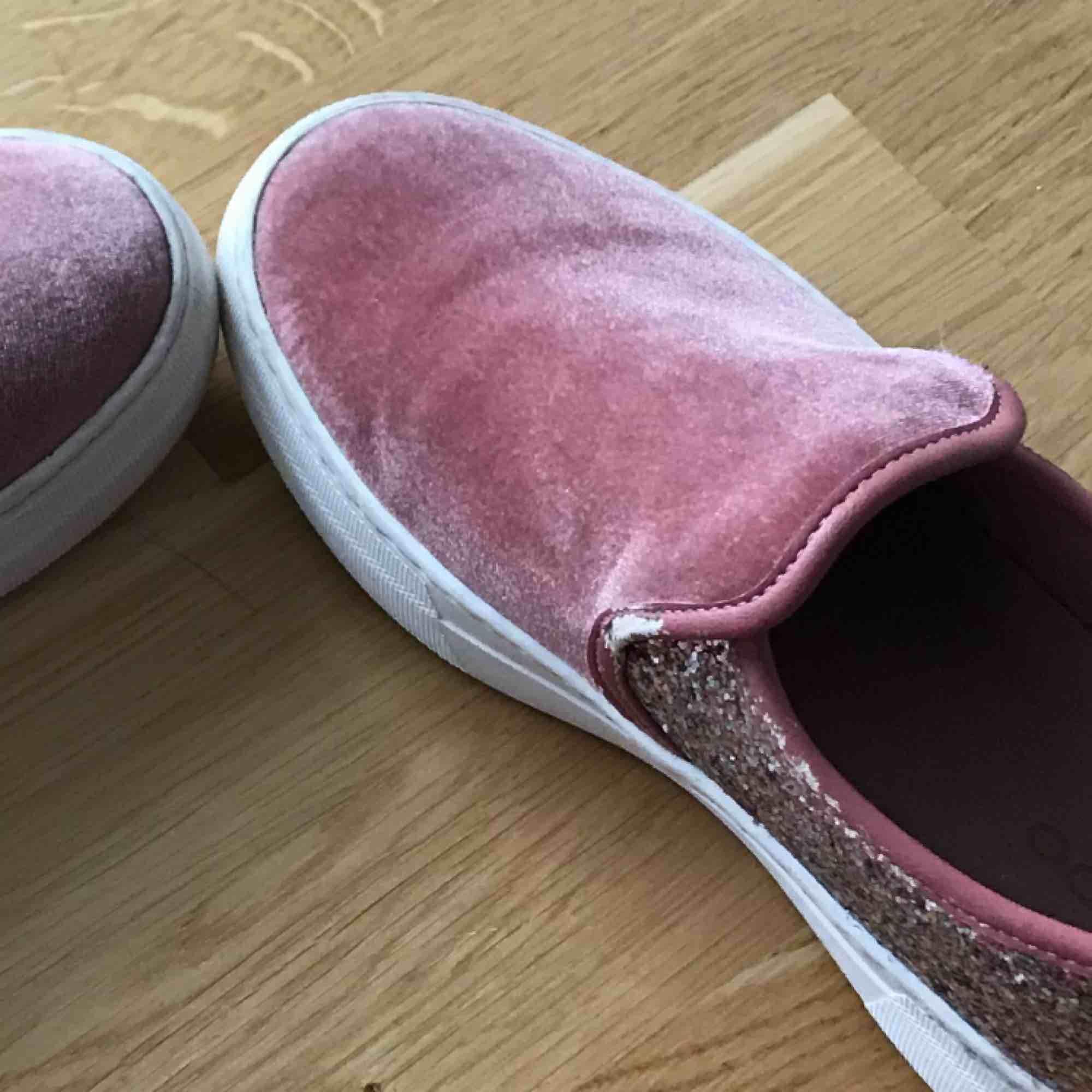 Rosa skor som köpte i början av förra året när jag var i London. Jag har inte använt de så mycket bara ett fåtal gånger. Det är i bra skick förutom lite slit vid sidan.. Skor.