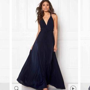 Jag säljer min balklänning från Goddiva, färgen är Navy. Den går att knyta på olika sätt och passar dig från 160-175 cm med storlek xs och s.  Använd en gång i cirka 3 timmar på skolbalen i nian.