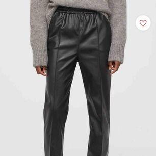 Skitsnygga skinnbyxor från H&M. Ankellånga, press-söm fram, superskön stretchig midja. Säljer pga att det är lite för korta för mig som är 176 cm. Frakt ca 70kr
