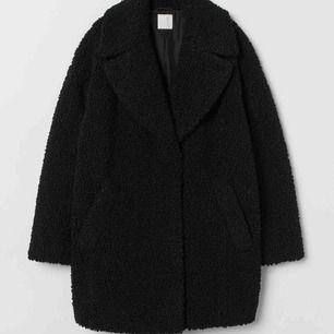 Skön svart teddy-jacka, nästan identisk till den på bilden. Osäker på märke då jag fick den i present. Säljes pga får ej någon användning för den tyvärr!