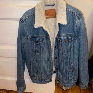 Helt oanvänd Lewis jeans jacka med Teddy fordring. Varm och snygg jacka. Aldrig använd utomhus. Nypris 1499kr Storlek m