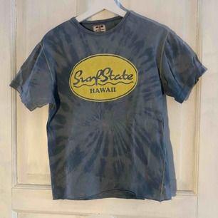 T-shirt köpt secondhand som jag blekt själv, lite sliten och jag har klippt den kortare. Köparen betalar frakten!