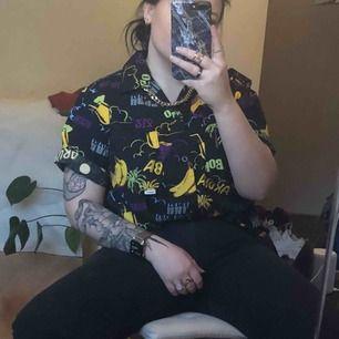As ball skjorta från carlings med banan-motiv, sitter enligt mig snyggast som oversize. Endast provad och är som ny, nypris ca 500