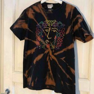 T-shirt från reclaimed vintage som jag blekt själv, använd men i bra skick. Köparen betalar frakten.