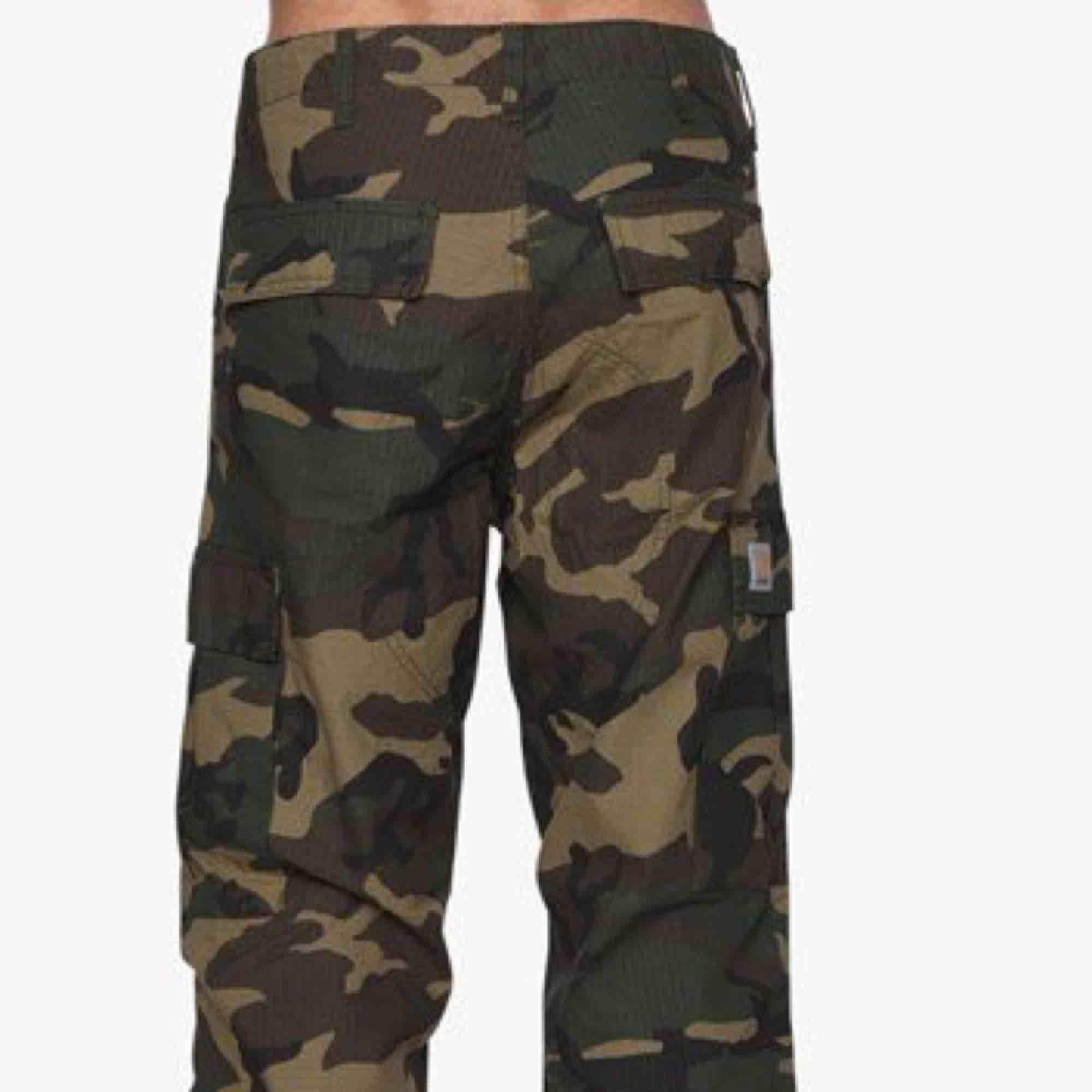 Helt nya oanvända Regular Cargo Pant, Camo Laurel från Carhartt. Killstorlek men sitter lite högre i midjan (typ Levis 501 skinny) och är i slapp snygg passform.  Passar mig som är 25/26 tum i jeans.  Nypris 1199kr, Pris inkl frakt!. Jeans & Byxor.
