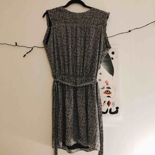 Härlig luftig klänning som markerar midjan. Den är sparsamt använd och har inga defekter.  Jag kan mötas upp i Sthlm efter den 26 dec och närsomhelst i Uppsala. :) +frakt