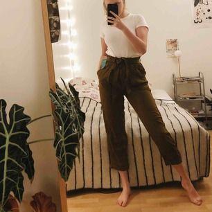Militärgröna luftiga byxor from H&M conscious. Aldrig använda! Är storlek 40 men passar också mig som har 38. Jag kan mötas upp i Sthlm efter den 26 dec och närsomhelst i Uppsala. :)  +frakt