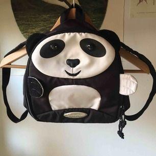 Söt pandaryggsäck med grönt foder på insidan. Nopprorna på örat tas bort med maskin innan försäljning såklart. Knappt använd och i fint skick. Vid frakt står köparen för kostnaden 🐼