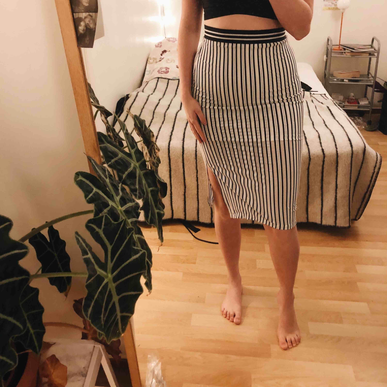 Tight högmidjad kjol från topshop. Använd en gång. Jag kan mötas upp i Sthlm efter den 26 dec och närsomhelst i Uppsala. :) +frakt. Kjolar.