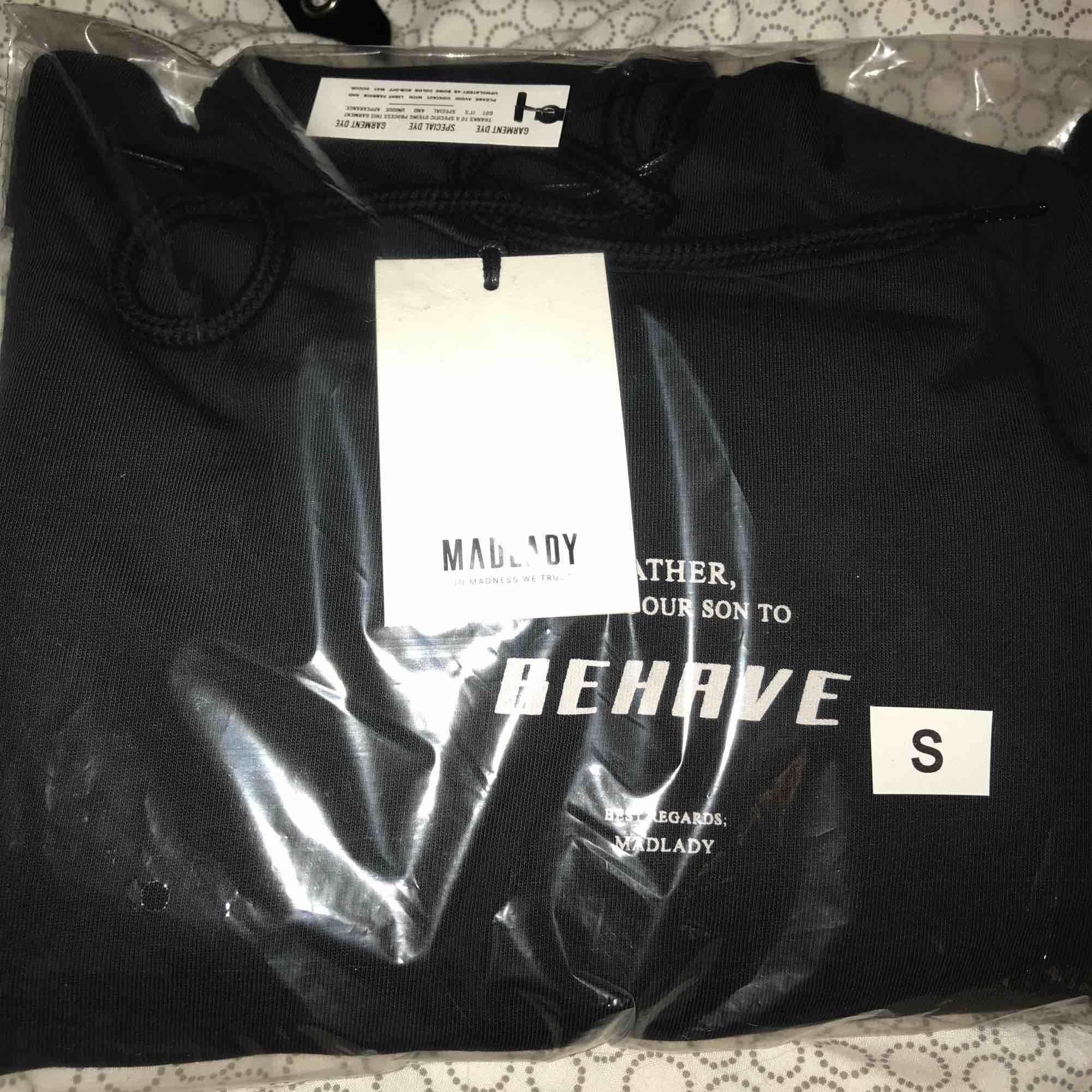 Vann en Giveaway från Madlady och säljer det jag inte kommer använda här! Oöppnad, croppad hoodie🖤 frakt tillkommer: 63kr. Huvtröjor & Träningströjor.