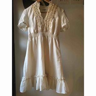 Crémefärgad klänning med krås vid kragen. Avklippt storlekslapp men uppskattas till en small. Använt men bra skick, jättesöt och väldigt skön i materialet. Vid frakt står köparen för kostnaden 🐁