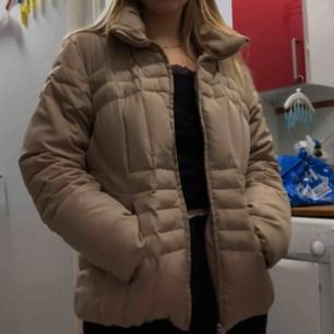 Vinterjacka från Calvin Klein använd kanske två ggr. Den är super varm men ändå inte en super tjock dun jacka. Jag har S och tycker den sitter lagom rymligt på mig. Den har en vanlig luva med päls till också och bra inne och utefickor med dragkedja