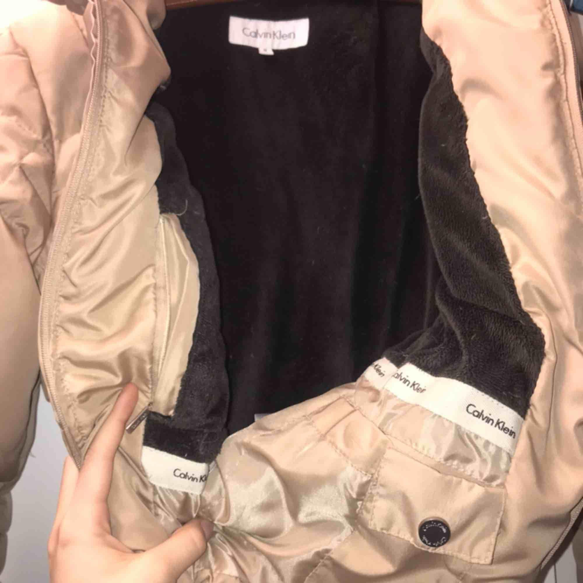 Vinterjacka från Calvin Klein använd kanske två ggr. Den är super varm men ändå inte en super tjock dun jacka. Jag har S och tycker den sitter lagom rymligt på mig. Den har en vanlig luva med päls till också och bra inne och utefickor med dragkedja . Jackor.