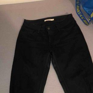 Säljer mina favorit byxor som är för små!! Äkta Levis byxor i färgen svart, köpta i usa 2018 Modell= 535, super skinny  Byxorna är väl använda under ca 1 års tid Nypris 900kr, säljer för 300kr   Köparen står för frakten:)