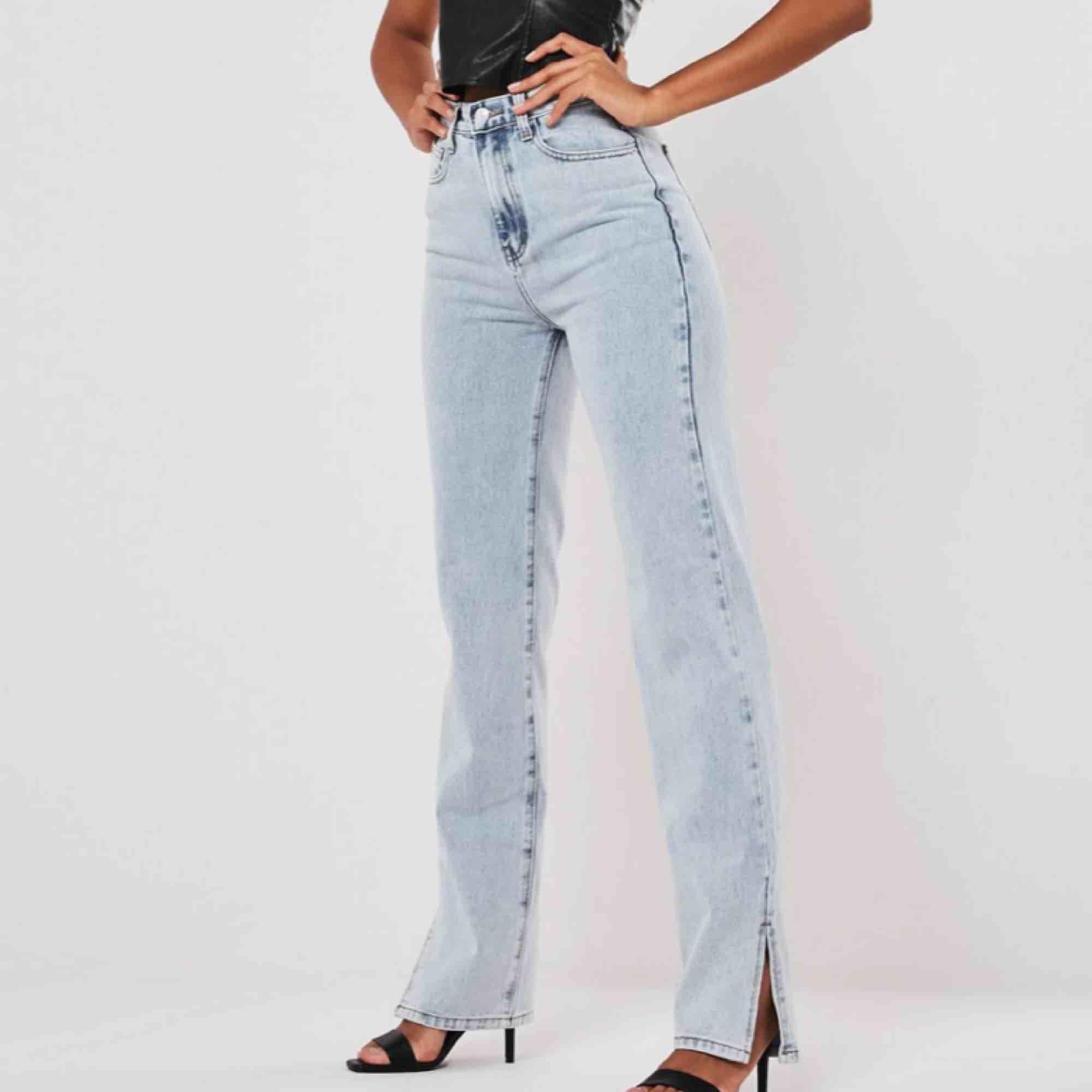 INTRESSEKOLLpå dessa snygga ljusblåa byxor med slits!!! Från missguided. DE ÄR SLUTSÅLDA PÅ HEMSIDAN. Helt nya, lapp och allt kvar! För att slippa slitsen vid rumpan, använd strumpbyxor under. Köpte för 420kr!!Säljer om jag får bra bud☠️💜. Jeans & Byxor.