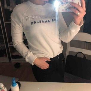 Säljer min sweatshirt från Hollister storlek S Använd ca 10 gånger    Skriv för fler bilder eller frågor. Köparen står för frakten:)