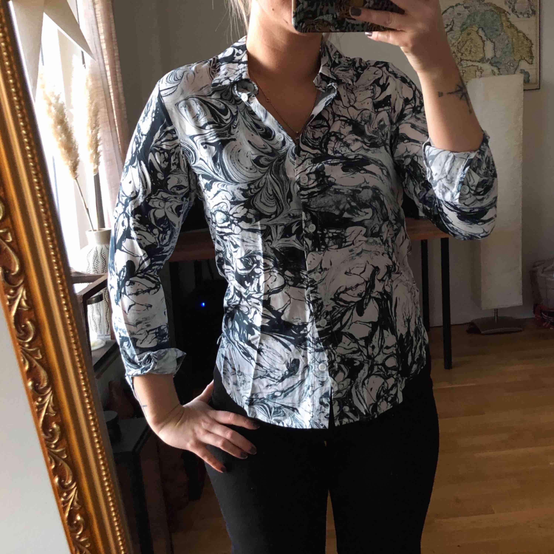 Skjorta ifrån oklart  Strl 34 - nästintill oanvänd  80kr eller bud (köptes för 600kr)  Köparen står för frakt . Skjortor.