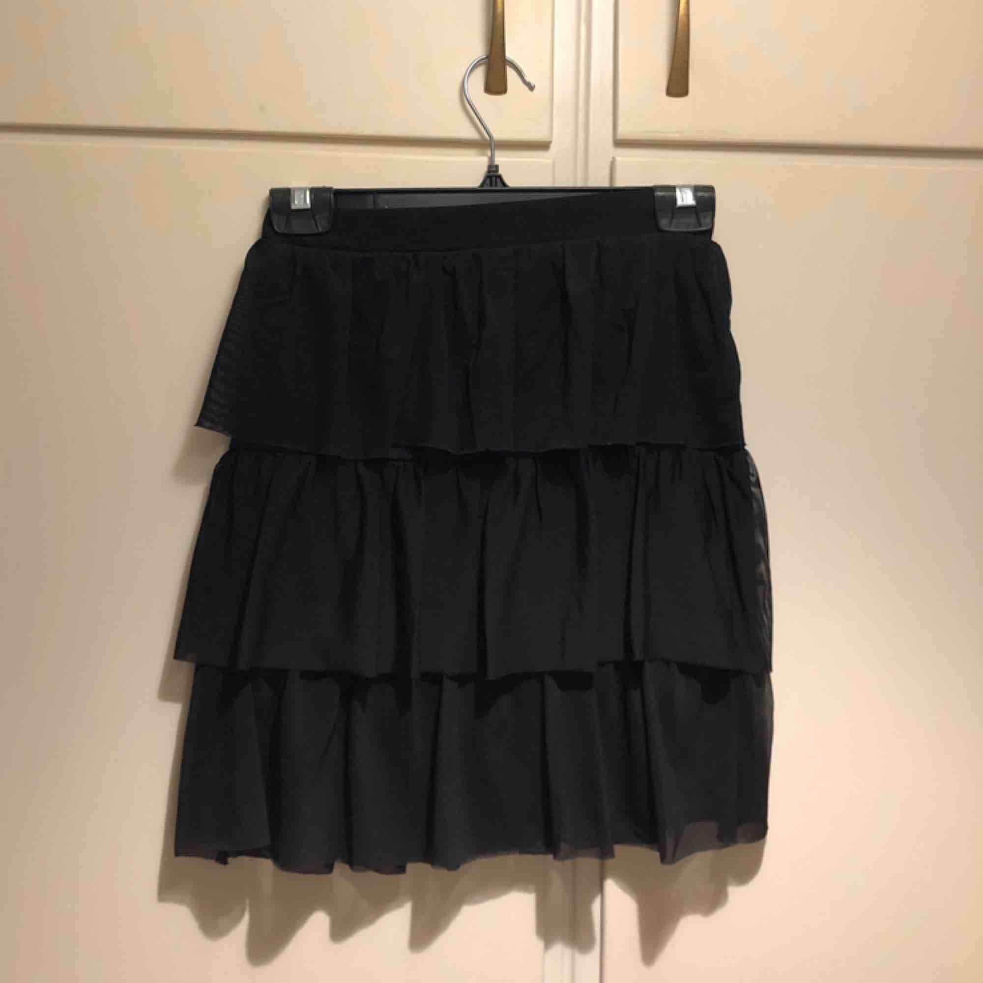 Svart kjol från NLY Trend. Sparsamt använd, i gott skick! Kjolen går en bit över halva låret . Kjolar.