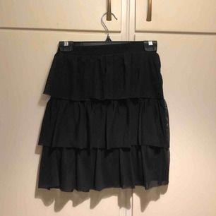 Svart kjol från NLY Trend. Sparsamt använd, i gott skick! Kjolen går en bit över halva låret
