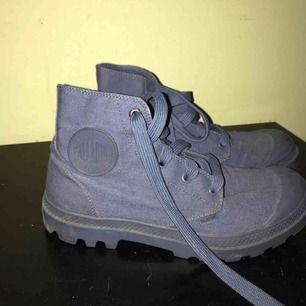 Marinblåa palladium skor. Knappt använda, i gott skick. Äkta palladium. Frakt mot kostnad. Storlek: 38