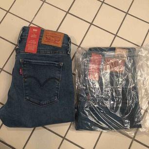 Jag säljer två par nya jeans från Levis. Den ena är öppnad men inte använd och den andra ligger sin plats påse. Ena jeansen är storlek 26/30, & den andra är 25/30. Helt oanvända. Nypris 1200kr.