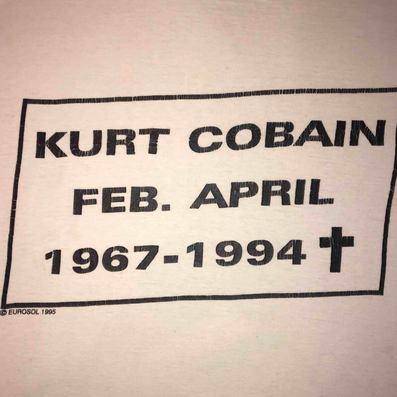 KURT COBAIN T-Shirt som jag har haft i 5 år ungefär.  Frakt 30kr 💖💘💗 Tröjan är 55cm lång. . T-shirts.