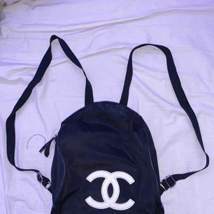 Vip Chanel miniryggsäck ( detta är en sån man får om man är vipmedlem hos Chanel.)  Så den är äkta men enklare än väskorna dom säljer. Den har några små defekter därav priset men allmänt en originell och så fin rygga som sticker ut
