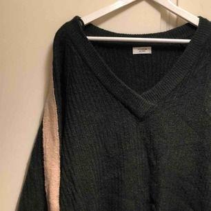 Stickad mörkgrön tröja från Jacqueline de Yong. Beigea ränder vid långsidan av båda ärmar. Storlek small. Sparsamt använd, i fint skick. PM för mer information 💓