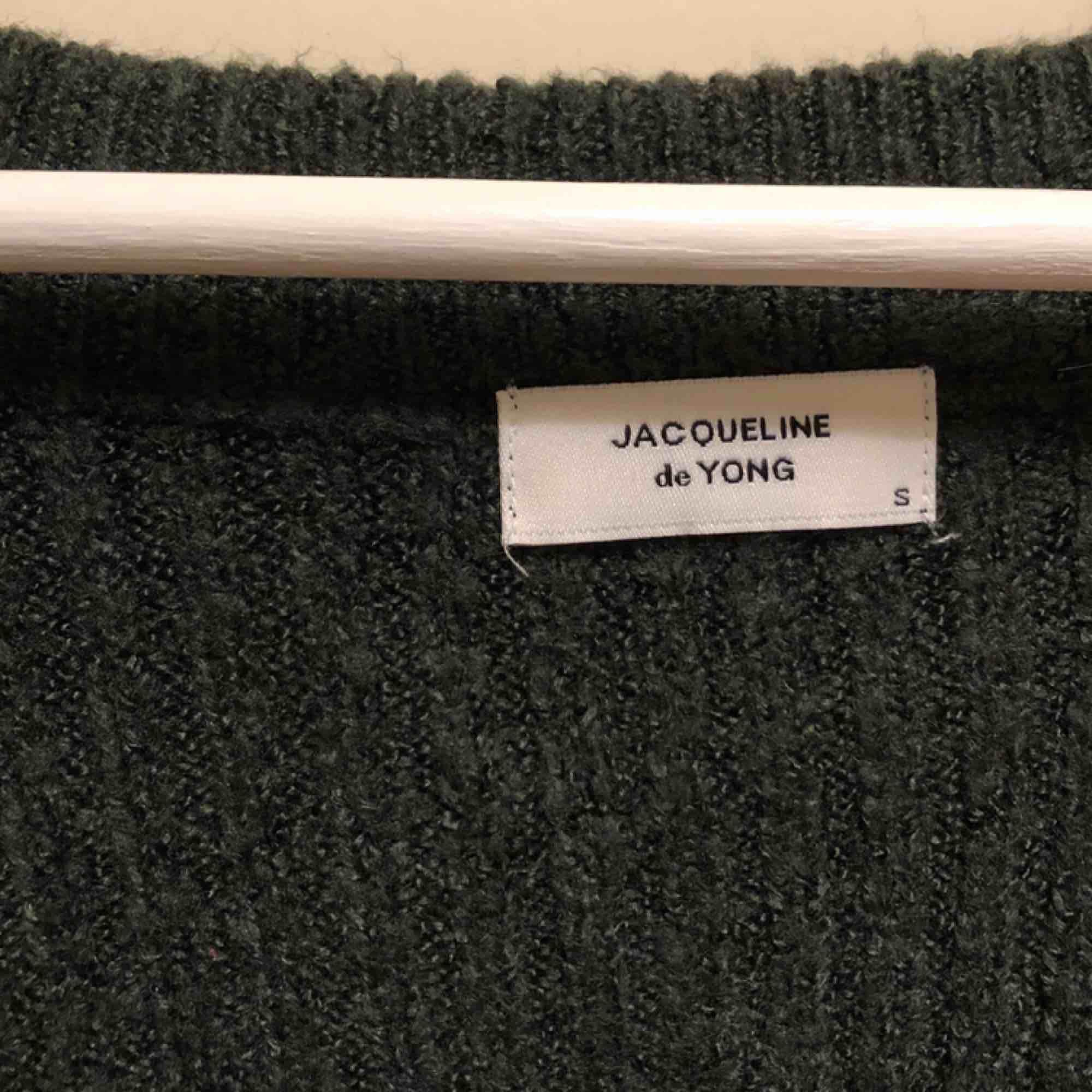 Stickad mörkgrön tröja från Jacqueline de Yong. Beigea ränder vid långsidan av båda ärmar. Storlek small. Sparsamt använd, i fint skick. PM för mer information 💓. Stickat.