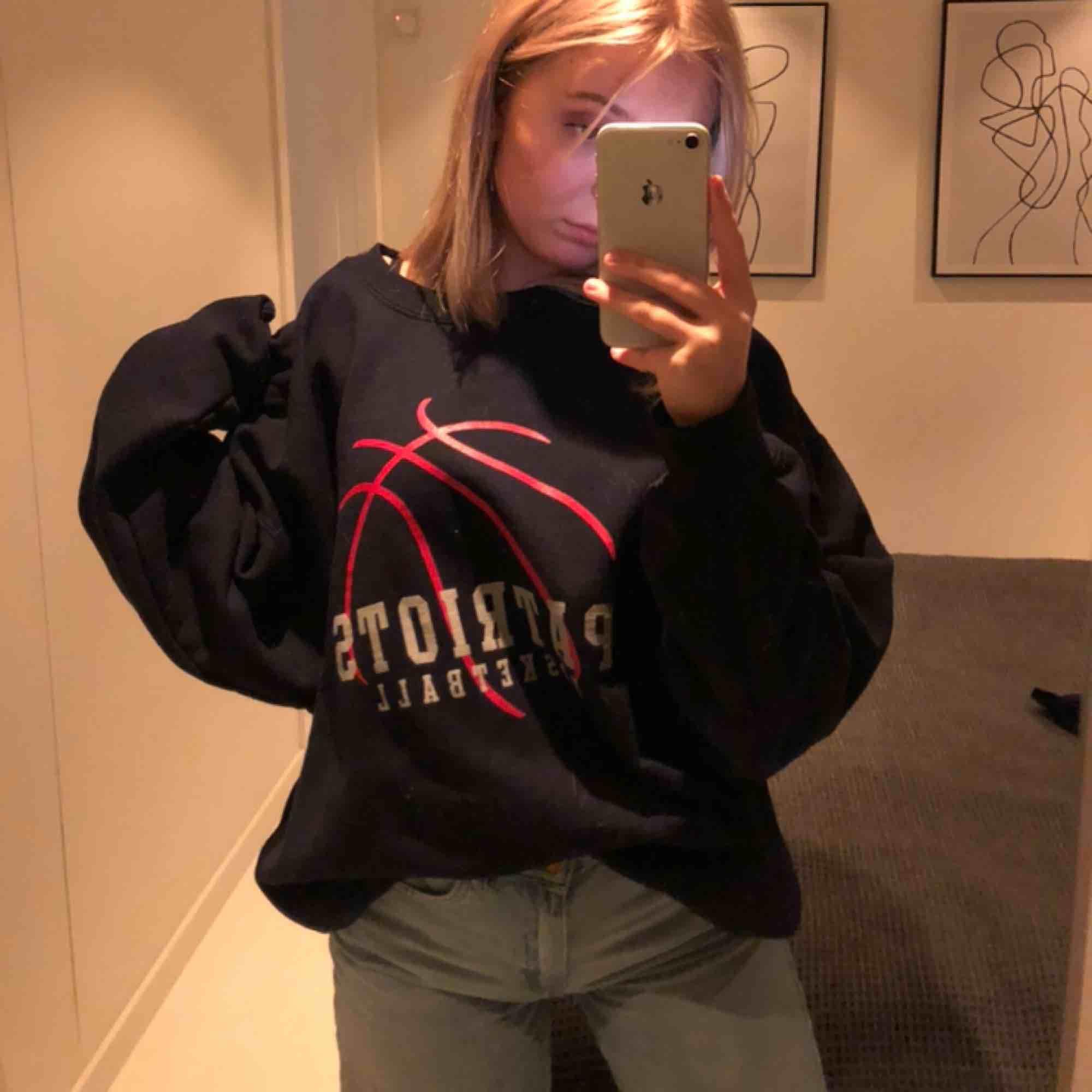 skitsnygg oversized vintage sweater ifrån beyond retro! Patrions 🏀🥰 endast använd 1 gång och får ingen användning för den då jag har för många andra liknande. köparen står för frakt 📦. Huvtröjor & Träningströjor.