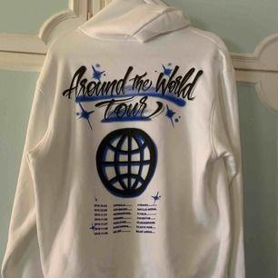 Säljer hoodien från höstens turné då jag köpte fel storlek. Frakten är med räknad i priset