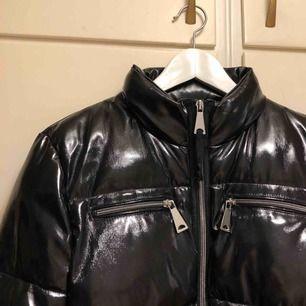 Säljer nu min jacka i lack från Mango. PM för mer information 💓