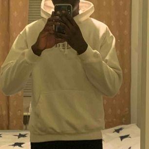 Ullfärgad hoodie som köptes på ASOS marketplace (med en liten fläck på vänstra ärmen, syns knappt dock!) säljs pga jag har vuxit ur den :(  Frakt tillkommer