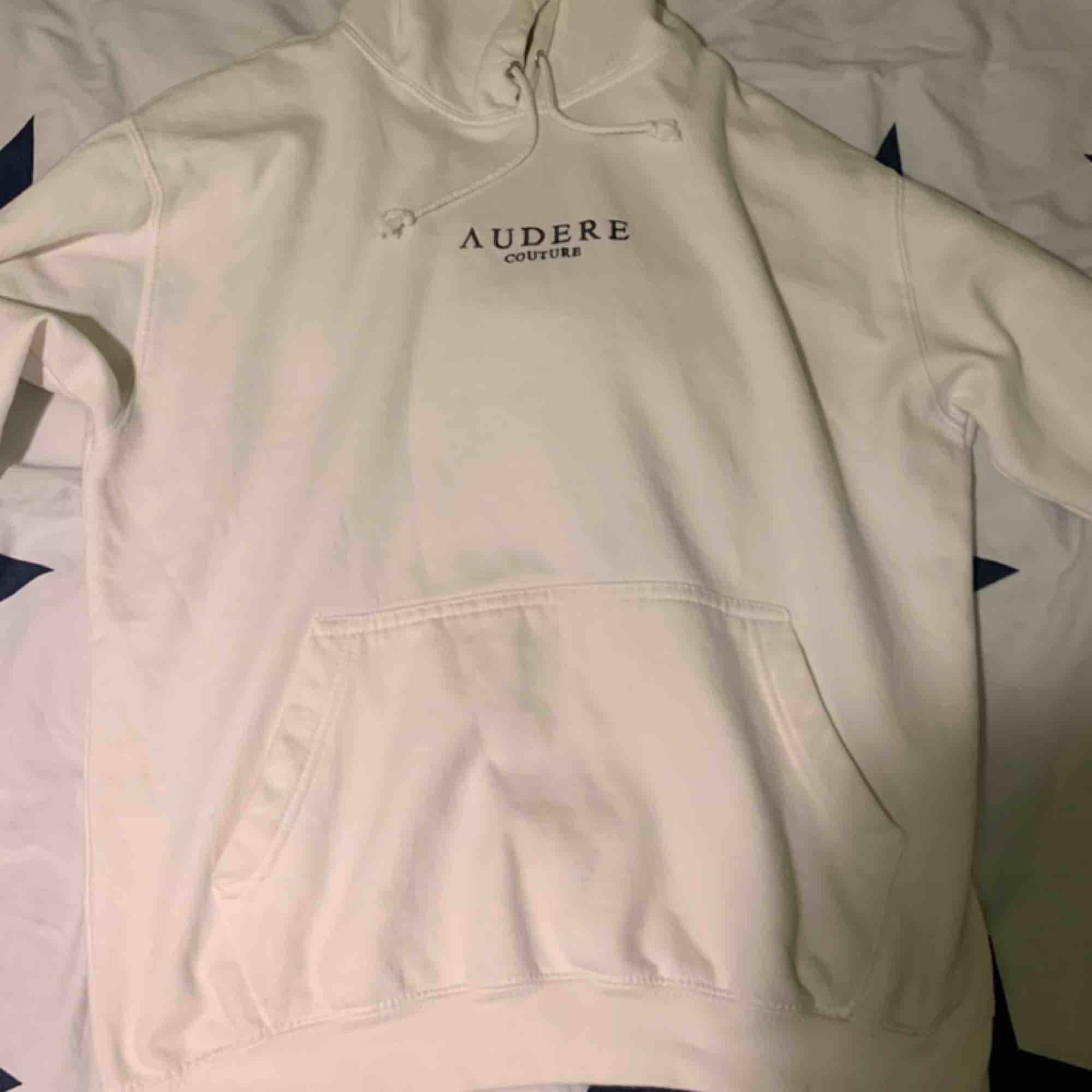 Ullfärgad hoodie som köptes på ASOS marketplace (med en liten fläck på vänstra ärmen, syns knappt dock!) säljs pga jag har vuxit ur den :(  Frakt tillkommer. Huvtröjor & Träningströjor.