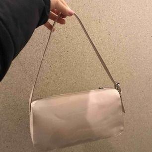 Väska som är köpt i höstas, ej använt pågrund av ej min stil längre. Kan frakta