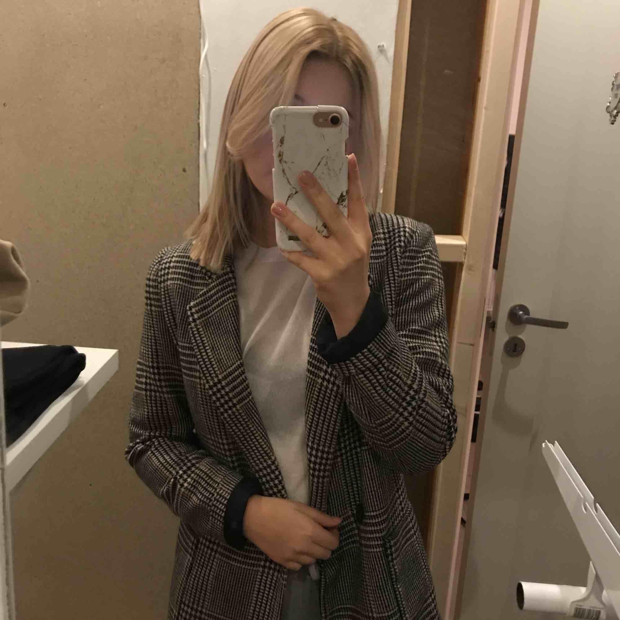 En lite tjockare kappa. Har använt den några få gånger men tyvärr inte min stil längre. Jackor.
