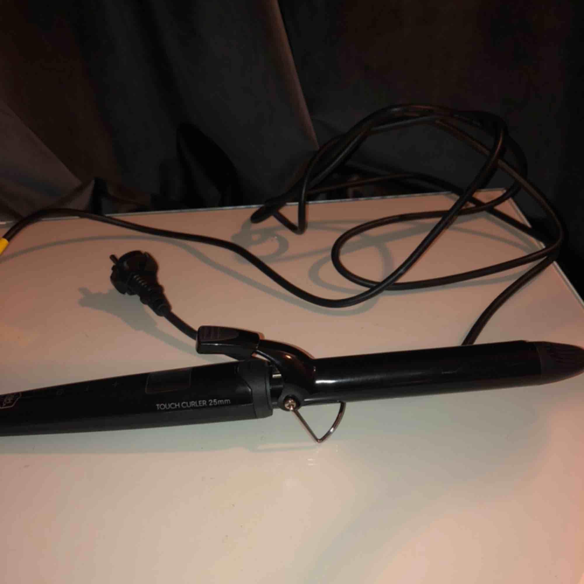 Locktång från Björn Axén, i modellen tools touch curler 25 mm. Asbra, men inte kommit till så mycket användning Pga att ja har en annan! Nypris 699⭐️⚡️. Övrigt.