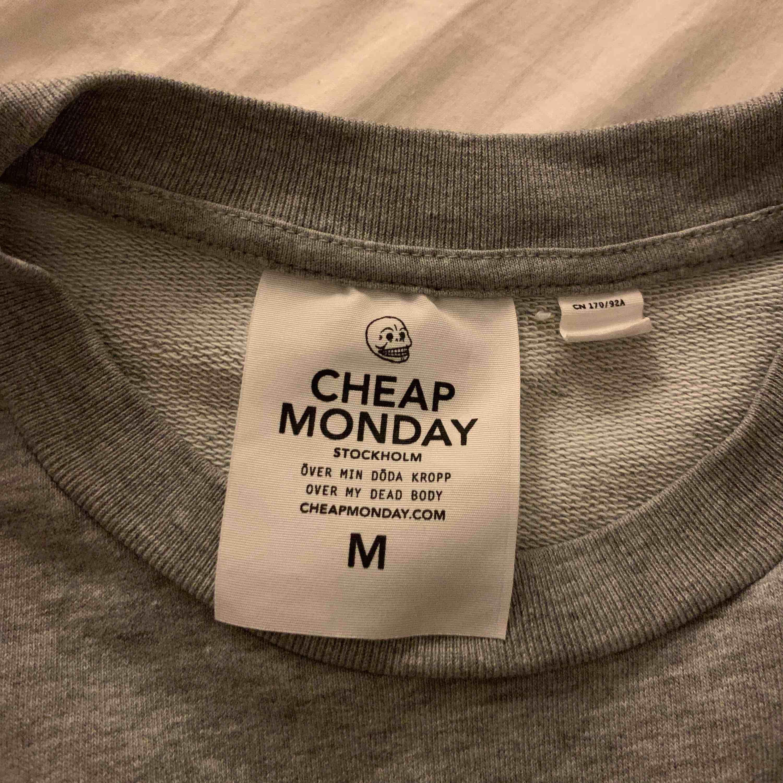 En grå sweatshirt från Cheap Monday i storlek M. Superfint skick! 🧡 frakt tillkommer . Huvtröjor & Träningströjor.