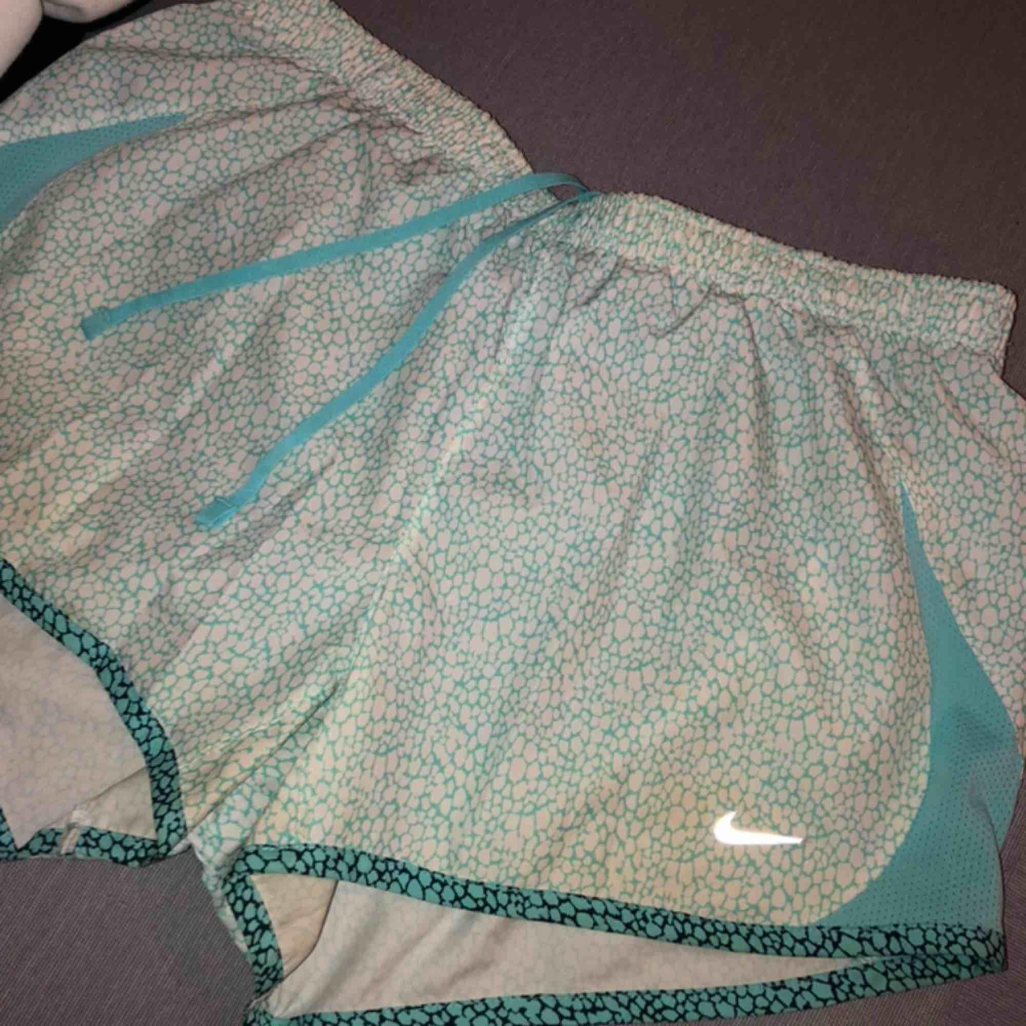 Hej säljer mina tränings shorts från Nike st S! Använda ca 1-4 gånger Köpta i usa på Nike 2018 Har tyvärr klippt sönder resonen i inner byxan, pågrund av dom var för små för mig! Men inget man märker av när man bär shortsen!:)  Köparen står för frakten:). Huvtröjor & Träningströjor.