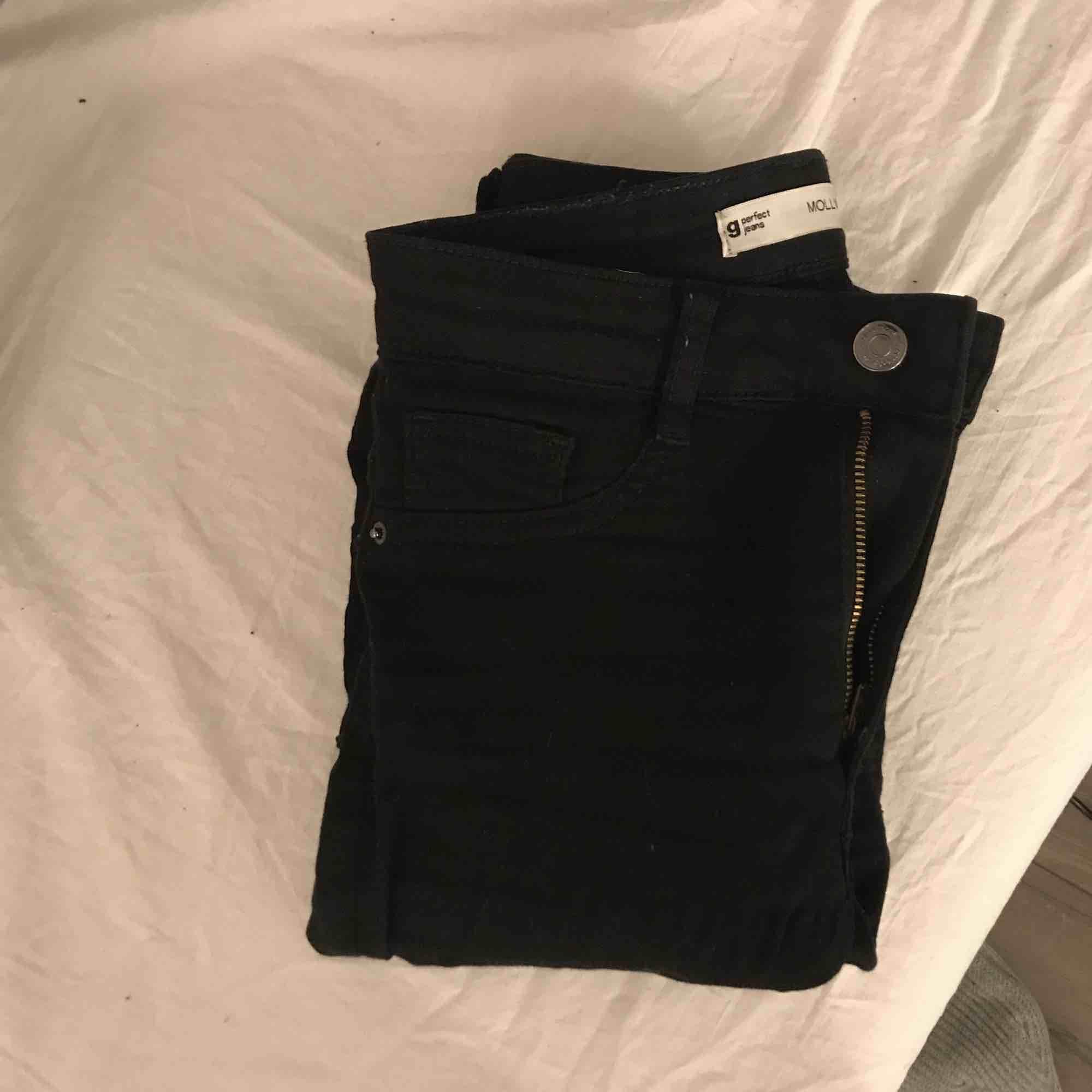 Säljer minna Molly jeans från Gina tricot eftersom som är förstora för mig, kan frakta. Jeans & Byxor.
